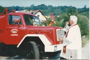 Župnik Štefan Casar  leta 1985 blagoslavlja prenovljeno avtocisterno